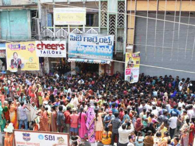 Rs 10 saree offer causes stampede at Telangana mall