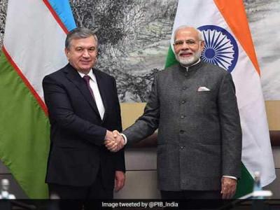 وزیراعظم نریندرمودی نے ازبیکستان کے صدر شوکت مِرزیا یوف سے ملاقات کی