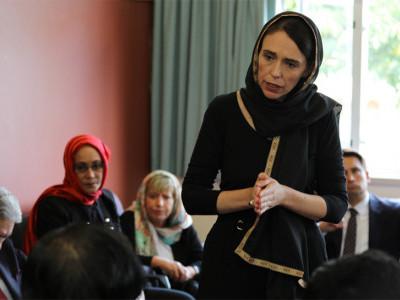 سیاہ لباس پہن کر مسلم کمیونٹی سے نیوزی لینڈ کی وزیراعظم جیسنڈا آرڈرن کا اظہار تعزیت