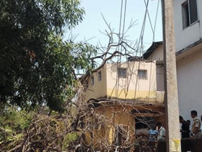 اڈپی:ڈسٹرکٹ آرمڈ ریزرو فورس کی عمارت پر درخت گرگیا۔2اہلکار زخمی