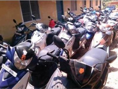 گوکرن میں سیاحوں کو یومیہ کرایہ پر اسکوٹر دینا مالکان کو پڑ گیا مہنگا؛  پولس نے کیا 25 اسکوٹر ضبط