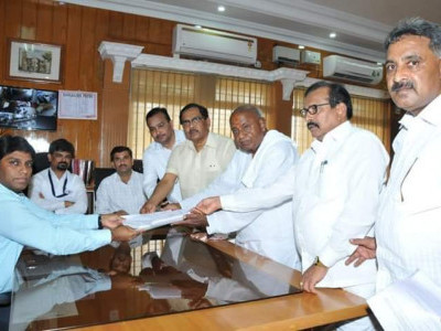 Cong-JD(S) tiff over Tumkur seat: Deve Gowda, sitting MP file nominations