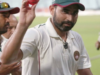 Cricketer Mohammed Shami distributes food and water to migrants