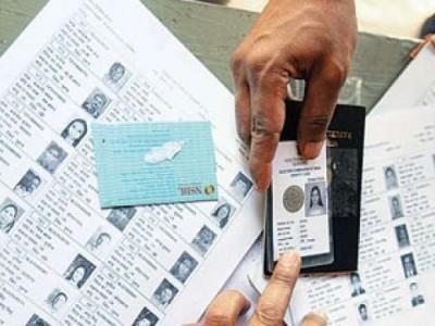 ووٹر فہرست سے نام غائب ہونے کی شکایتیں کئی مقامات پر ووٹروں نے پولنگ روکنے کا مطالبہ کیا
