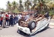کنداپور کے قریب تراسی نیشنل ہائی وے پر کاراُلٹ گئی ؛ سُنّی سینٹر کے ایک استاد کی موت، دیگر پانچ شدید زخمی