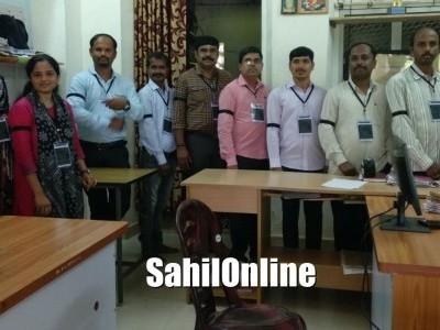 بھٹکل محکمہ تحصیل کے عملے نے سیاہ پٹی باندھ کرانجام دیں خدمات : ' بنگلورو چلو 'احتجاج کی حمایت