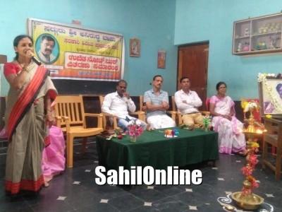 بھٹکل تعلقہ بائیلور کی سرکاری اسکول میں ممبئی ٹرسٹ کی جانب سے طلبا کے درمیان مفت نوٹ بک کی تقسیم