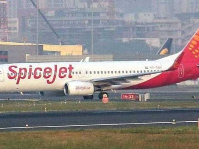 Spicejet crew falls down during push-back at Mangaluru airport