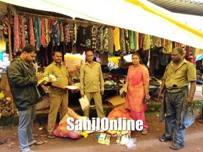 بھٹکل سنڈے مارکیٹ کی دکانوں پر میونسپالٹی افسران کا چھاپہ :40کے جی سے زائد پلاسٹک تھلیاں ضبط