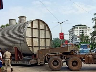 منگلورومیں بیچ سڑک پر بھاری ٹرک پھنس جانے سے ٹریفک جام۔ ایئر پورٹ اور دفتروں کو جانے والے ہوگئے پریشان