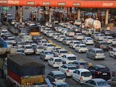 منگلورو: فاسٹیاگ کا پہلا دن۔ ٹول گیٹس پر گاڑیوں کی لمبی قطاریں۔ الجھنوں اور تکرار سے ٹول گیٹ اسٹاف پریشان