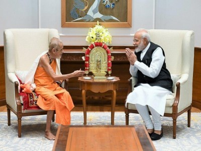 Modi meets Vishvesha Teertha Swami of the Pejawara Matha on Guru Purnima