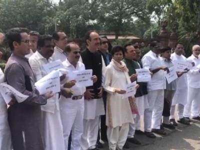 سون بھدر معاملے میں انصاف کا مطالبہ، پرینکا گاندھی کو حراست میں رکھنے کی مخالفت میں کانگریس کا پارلیمنٹ کے احاطے میں مظاہرہ