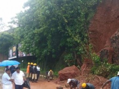 منگلورو: بھاری برسات کے نتیجے میں سرکٹ ہاؤس کے قریب چٹان کھسک کر سڑک پر آ گئی