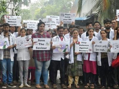کلکتہ کے ہڑتالی ڈاکٹروں کی حمایت میں اترے کرناٹکا کے ڈاکٹر۔ کالی پٹیاں باندھ کر کیا احتجاج