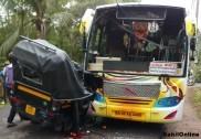 اُڈپی کے کورنگرا پاڈی میں آٹو رکشہ اور بس کی خطرناک ٹکر؛ رکشہ کے پرخچے اُڑ گئے، باپ اور بیٹا شدید زخمی