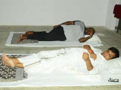 لوگوں کا دکھ درد جاننے دیہات کے دورے پر نکلے وزیراعلی کمارسوامی، اسکول کی فرش پر گزاری رات