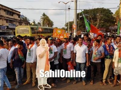 BJP workers celebrate Hegde's victory in Bhatkal