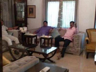 Two rebel Karnataka Congress MLAs meet BJP's SM Krishna, spark off speculations