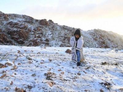 سعودی عرب: عسیر صوبے کے گاؤں نے برف کی چادر تان لی