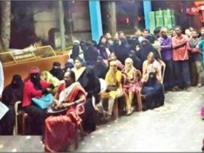 سرسی میں شرح سے زائد سود وصولی پر پولس افسران کے ساتھ قرض داروں کی میٹنگ : مسلم عورتوں کی خاصی شرکت پر سوال