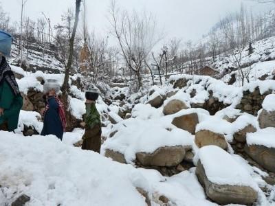 کشمیر میں بارش و برف باری کا سلسلہ جاری، موسم میں جلد بہتری متوقع