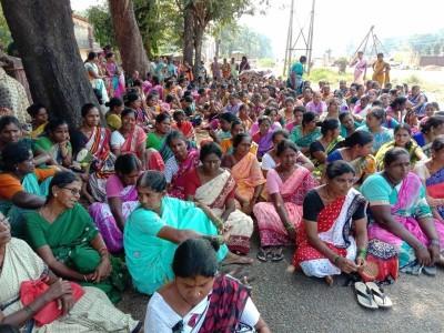 کاروار میں ماہی گیر خواتین کا احتجاج : میونسپالٹی افسران پر دوغلی پالیسی اپنانے کا الزام