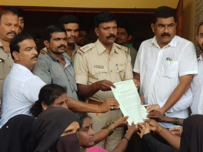 Association fighting for atikaram land holders stage protest outside Bhatkal Police Station and submits memorandum addressed to ASP