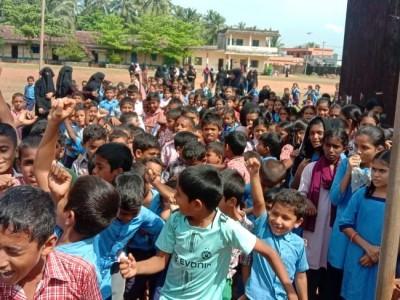 مینگلور کے کسبا بینگرے سرکاری اسکول سے ٹیچروں کے تبادلے پر طلبہ کا احتجاج؛ ایک ٹیچر کو 549طلبہ کو پڑھانے کی ذمہ داری