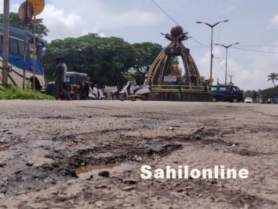 بارش کے بعد بھٹکل کی قومی شاہراہ : گڑھوں کا دربار، سواریوں کے لئے پریشانی؛ گڑھوں سے بچنے کی کوشش میں حادثات کے خدشات