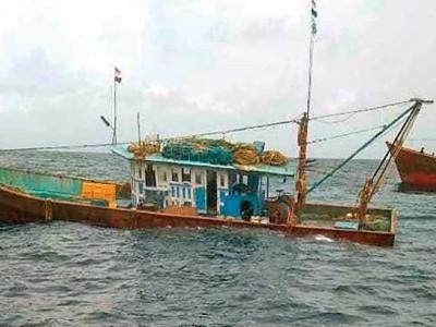 منگلورو: بیچ سمندر میں ماہی گیر کشتیوں کو پیش آئے 2حادثے۔21ماہی گیروں کو بحفاظت بچالیا گیا