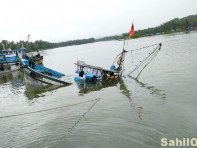 Fishing boat capsized near Kunda island in Bhatkal, 5 fishermen rescued
