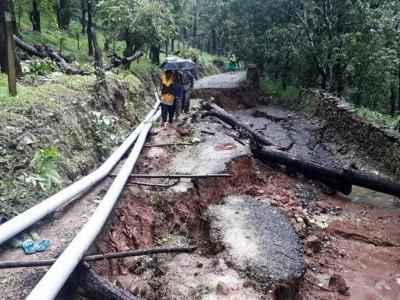 اترکنڑا ضلع میں موسلادھار بارش اور سیلاب سے سڑکیں خستہ : مسافر، عوام اورڈرائیور پریشان