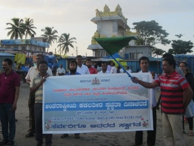 Bhatkal Assistant Commissioner Sajid Mulla flags off 'International Beach Cleaning Drive' at Murdeshwar