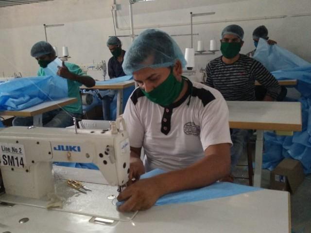 'ಕೊರೋನಾ ವಾರಿಯರ್ಸ್' ಗಳ ಸಹಾಯಕ್ಕೆ ಭಟ್ಕಳದ ಧೃತಿ ಸರ್ಜಿಕಲ್ ಫ್ಯಾಕ್ಟರಿ; ಮುಖಗವಚ ನಿರ್ಮಾಣಕ್ಕೆ ಶ್ರಮಿಸುತ್ತಿರುವ ಕಾರ್ಮಿಕರು
