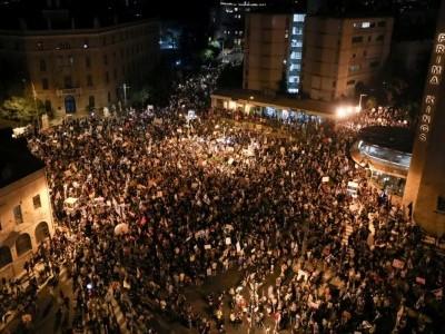 اسرائیل میں کورونا کو لے کر ہوئی بدعنوانی کاالزام عائد کرتے ہوئے نیتن یاہو حکومت کے خلاف زبردست احتجاجی مظاہرہ