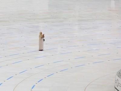مطافِ کعبہ میں تنہا دعا کرنے والی دنیا کی خوش قِسمت خاتون