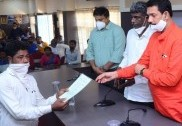 Karnataka Minister pays Compensation to family members of six fishermen died