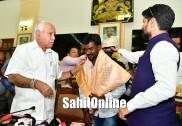 Karnataka CM feliciates Kambala runner Srinivasa Gowda