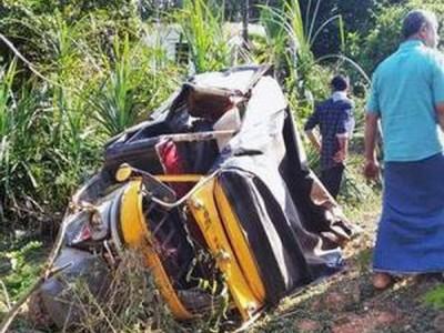 بیلتنگڈی: آٹو رکشا کھیت میں گرنے سے 2خواتین کی موت۔ حاملہ عورت معجزاتی طور پر محفوظ