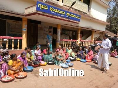 بھٹکل: شرالی گرام پنچایت دفتر کے روبرو خواتین ماہی گیروں کا پھر ایک بار مچھلیاں بیچ کر احتجاج