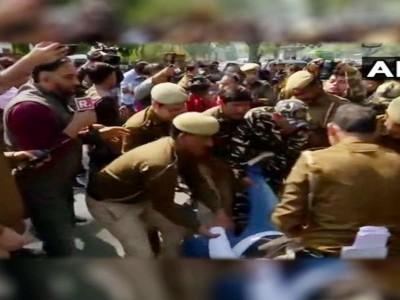 دہلی: ڈاکٹر کفیل کی رہائی کے لئے یوپی بھون پر مظاہرہ، جامعہ کے متعدد طلبا پولیس حراست میں