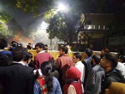 Protestors outside CM Kejriwal's residence, seek action against perpetrators of Delhi violence