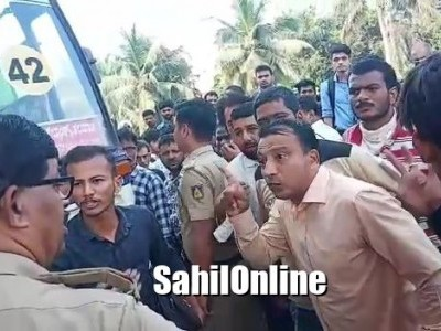 منگلورو تلپاڈی روٹ پر ٹول گیٹ کے پاس نجی بسوں کو روکنے کے خلاف مسافروں کا احتجاج۔ پولیس نے کیا لاٹھی چارج