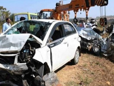 Lingayat seer dies as two cars collide head-on
