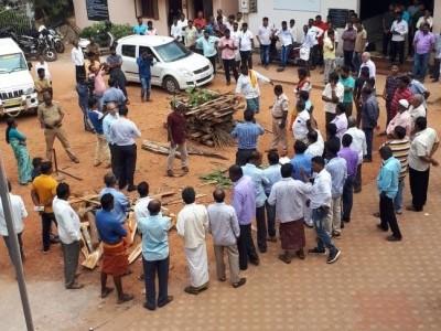 اُڈپی کے اُچھیلا میں ہندو شمشان میں دلتوں کو نعش جلانے کا موقع فراہم کرنے سے انکار : پنچایت دفتر کے سامنے دلتو ں کا احتجاج