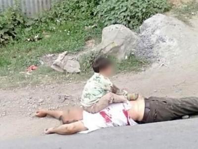 کشمیر:نانا کی لاش پر بیٹھے 3 سالہ بچے کی تصاویر سے ہر ایک کا دل پارہ پارہ