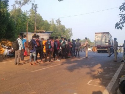 Mob of migrant workers are returning from Goa. Karwar officials ready to tackle the issue and buses are alsoo ready in Majali Goa border