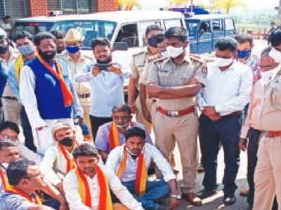 کمٹہ ٹول گیٹ پر کنڑا رکھشنا ویدیکے نے کیا زبردست احتجاج۔ مقامی گاڑیوں کو ٹیکس سے چھوٹ اور مقامی افراد کو ملازمت کا مطالبہ