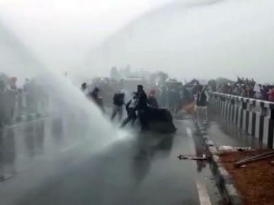کسانوں کو دہلی آنے سے روکنے کے لئے پولیس نے کی پانی کی بوچھار
